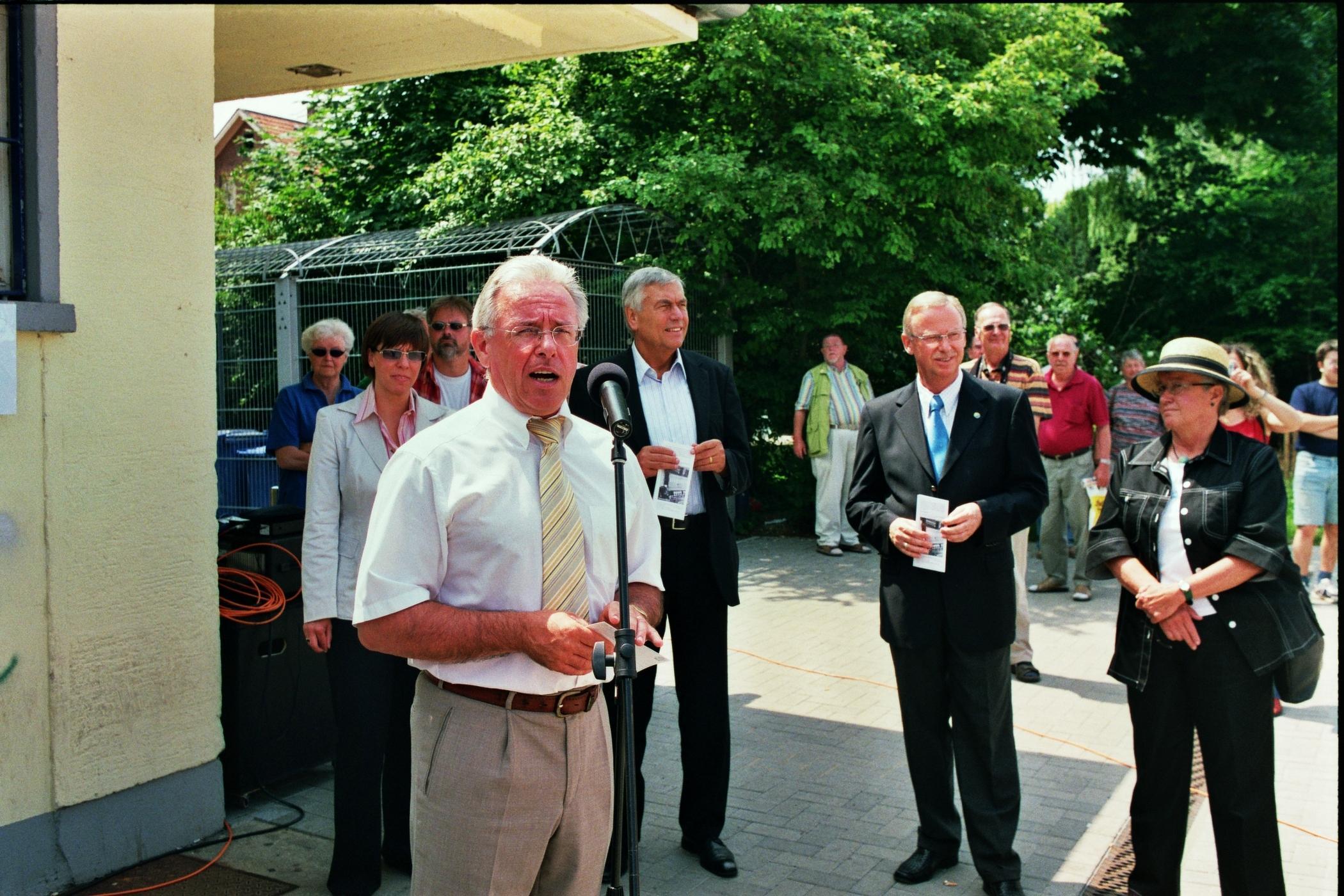 Bürgermeister Karl Hartmann begrüßt die Gäste in Reinheim