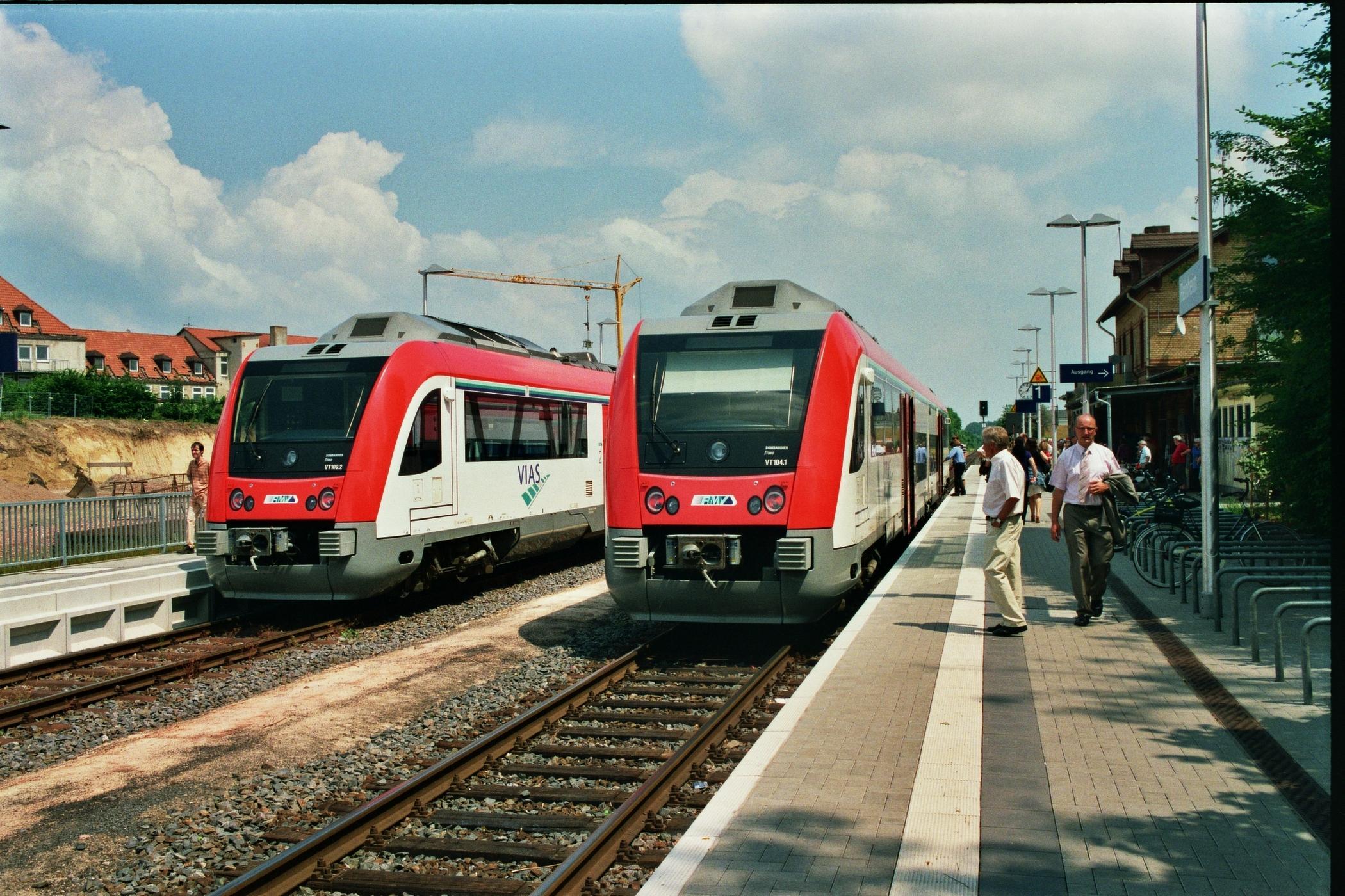 Neue Station Reinheim mit Odenwaldbahn im Doppelpack - Zwei Odenwaldbahnen nebeneinander auf zwei Gleisen