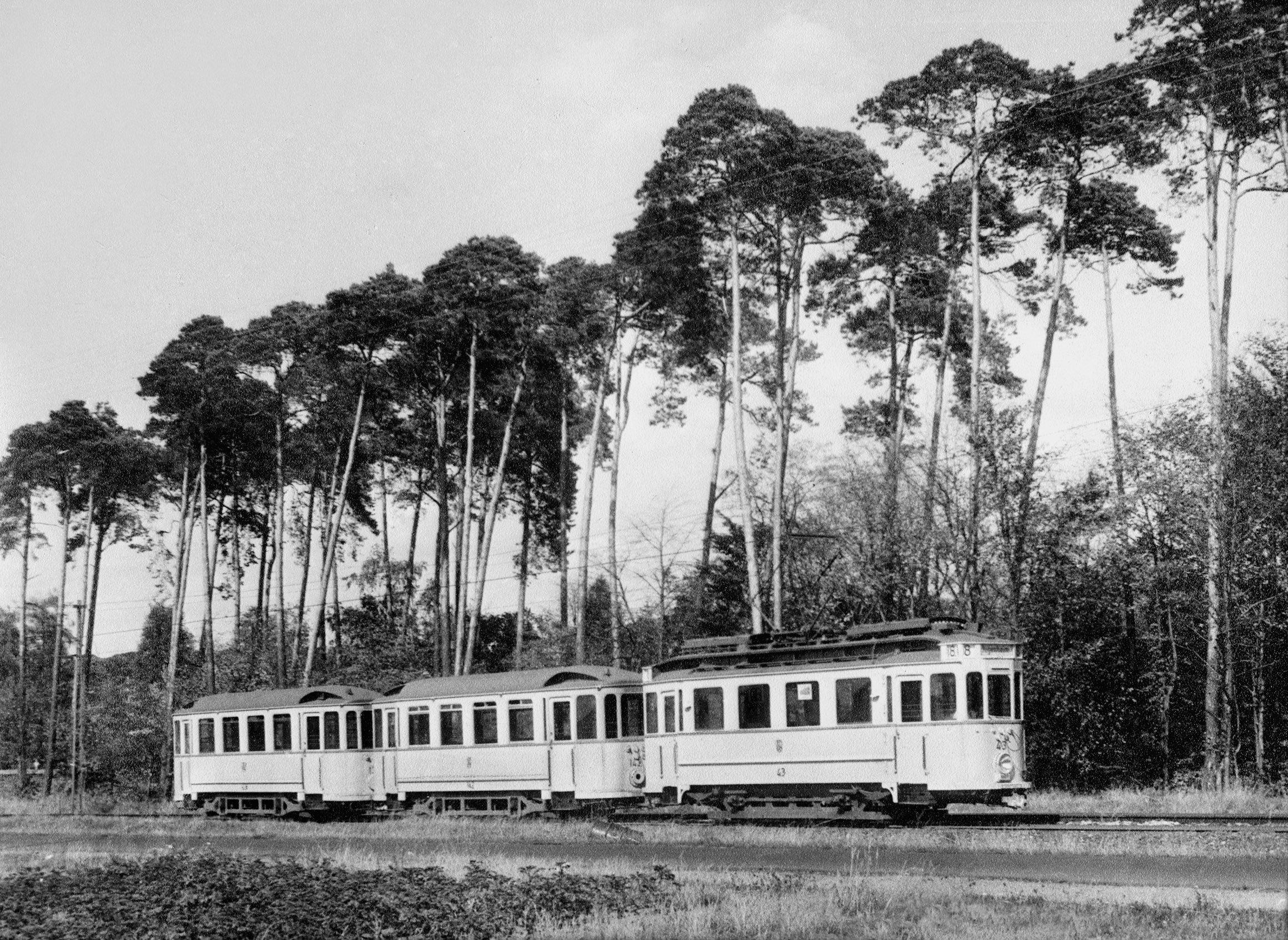 Rund 50 Jahre war der Drei-Wagen-Zug von 1914 im Einsatz. Hier zwischen Eberstadt und Malchen. © Sammlung Hartmut Massoth