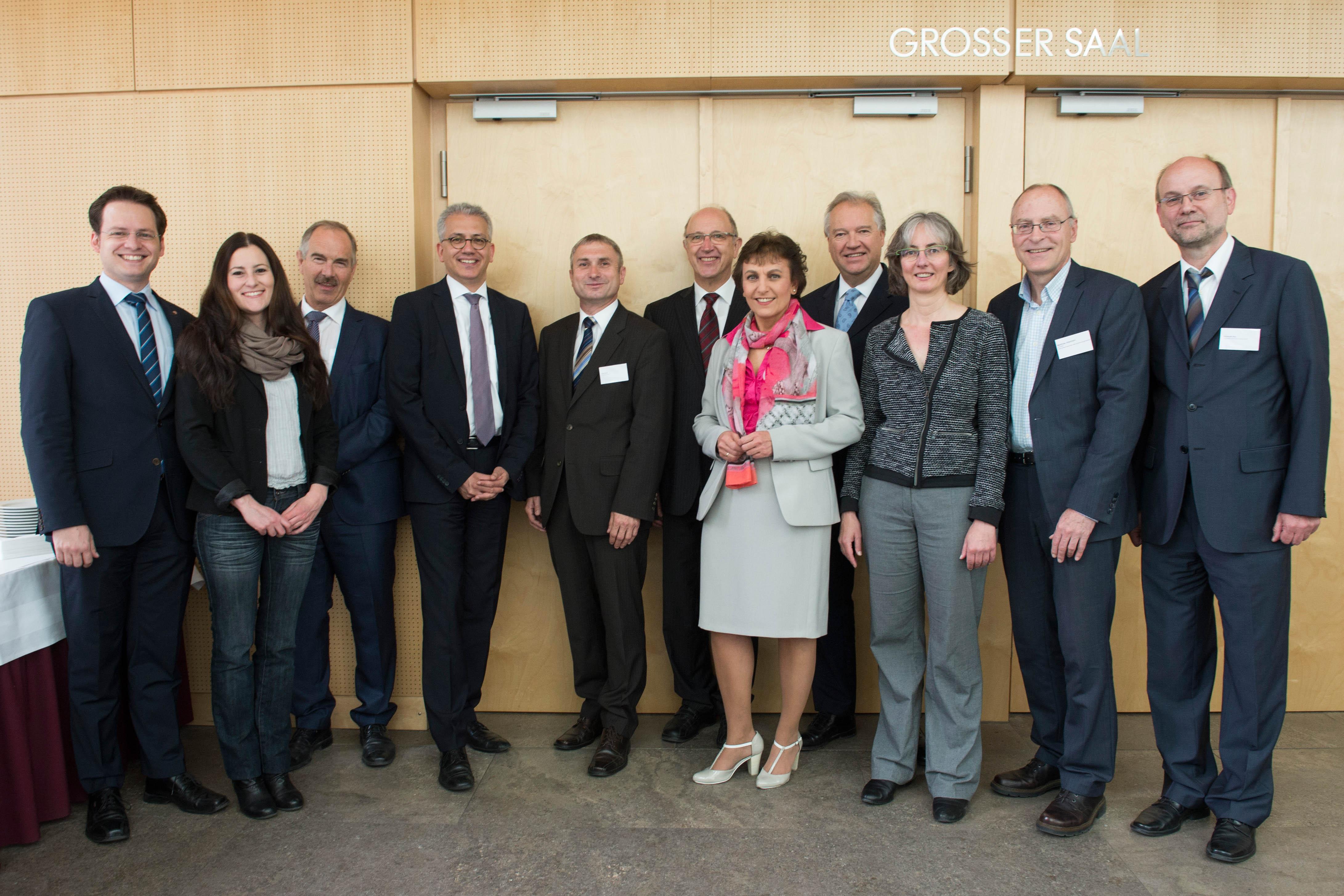 Fotohinweis: Beigefügt finden Sie ein Foto des Vorstands der LAG ÖPNV mit dem hessischen Minister für Wirtschaft und Verkehr, Tarek Al-Wazir, und den verkehrspolitischen Sprechern der Fraktionen im Hessischen Landtag (von links):  - Tobias Eckert, MdL